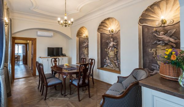 Luxury Three Bedroom Apartment with Dining Room (6)
